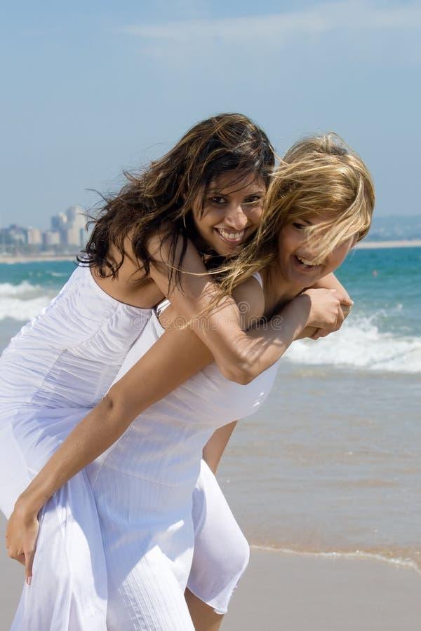 szczęśliwi plażowi przyjaciele fotografia stock