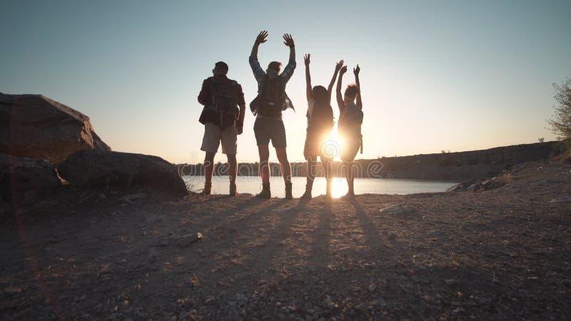 Szczęśliwi podróżnicy pozuje na wybrzeżu obraz stock
