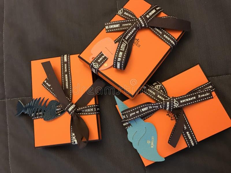 Szczęśliwi pomarańczowi hermes pomarańcze pudełka obraz royalty free