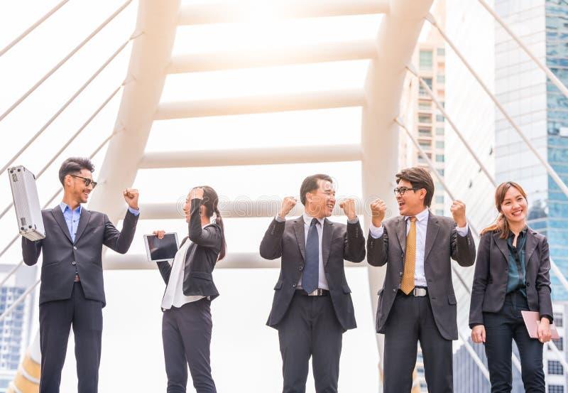 Szczęśliwi Pomyślni grup biznesowych ludzie Wręczają Nastroszony pomyślnego z miasta tła Pomyślną grupą biznesową z rękami up zdjęcia stock