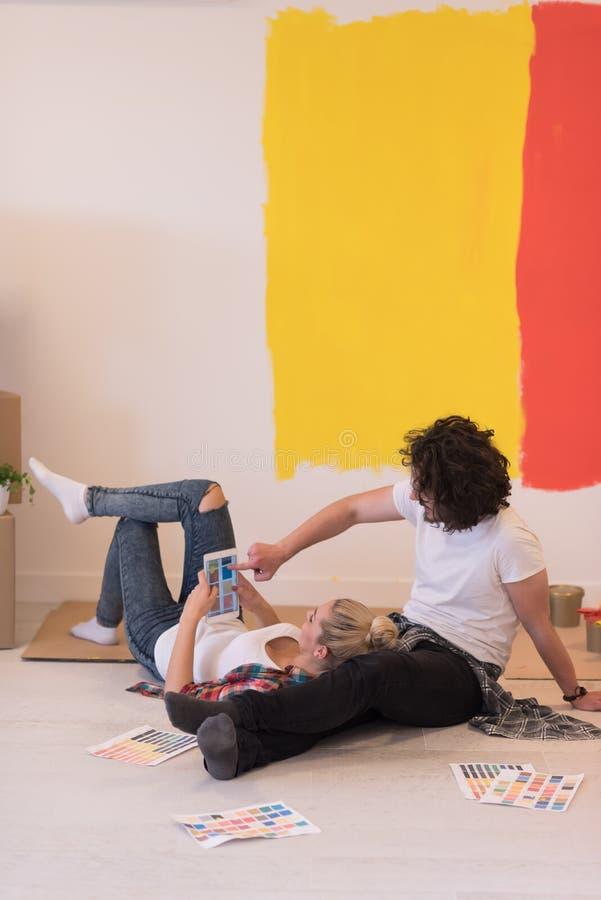Szczęśliwi potomstwa dobierają się relaksować po malować fotografia royalty free