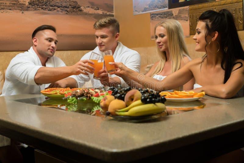 Szczęśliwi potomstwa dobierają się stołem w sauna toalecie obraz royalty free
