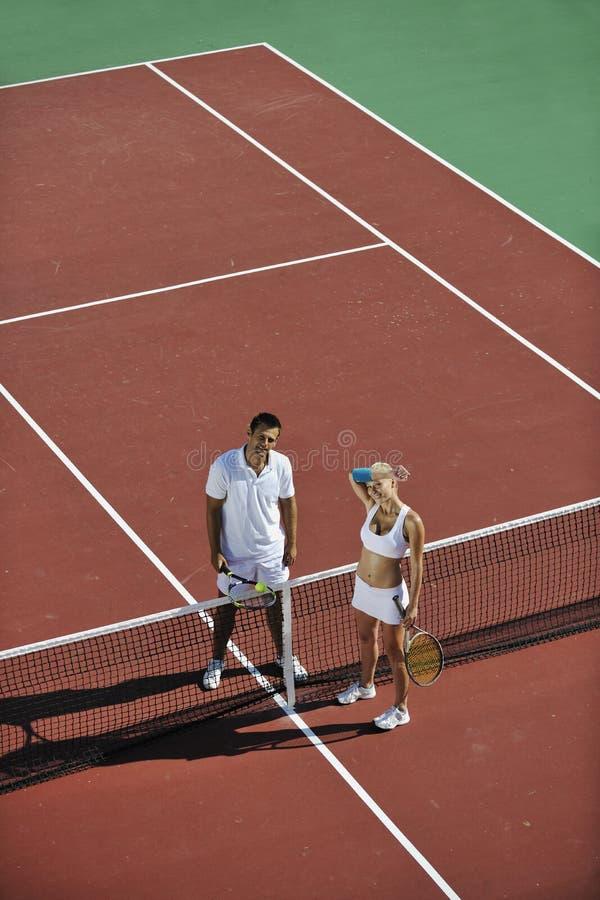 Szczęśliwi potomstwa dobierają się sztuka plenerowego tenisowy gemowy fotografia royalty free