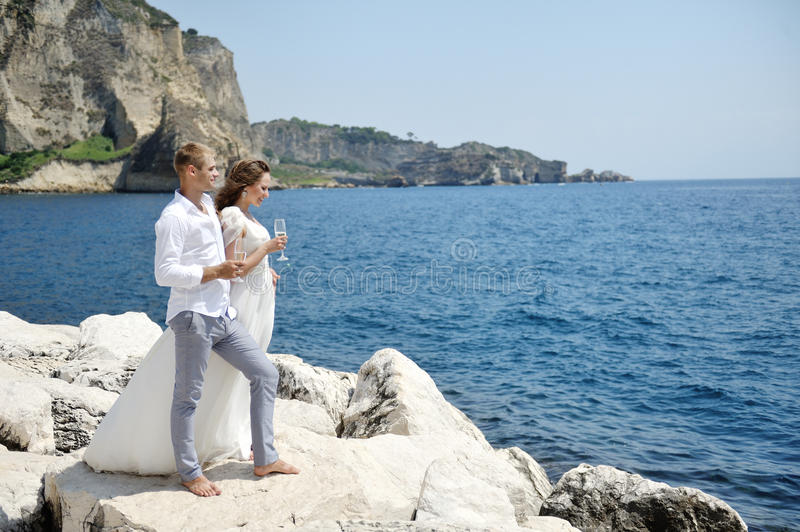Szczęśliwi potomstwa dobierają się w dniu ślubu blisko morza, Naples, Włochy obrazy stock