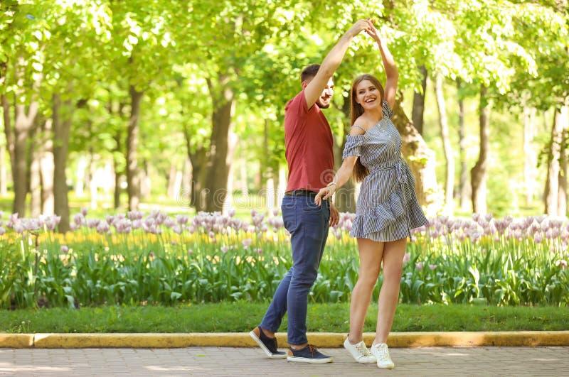 Szczęśliwi potomstwa dobierają się w zieleń parku na pogodnym wiosna dniu zdjęcia royalty free