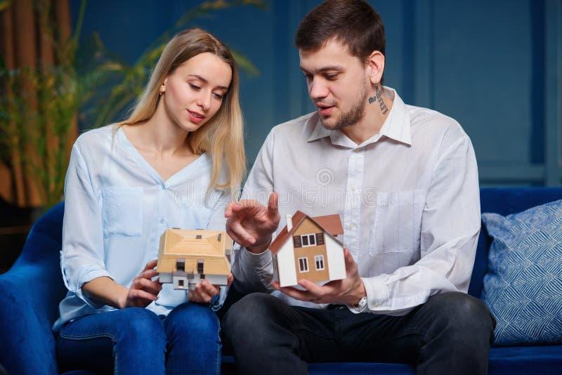 Szcz??liwi potomstwa dobieraj? si? wybiera? modela 3d maket dom fotografia royalty free