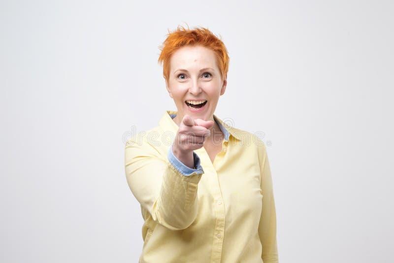 Szczęśliwi potomstwa fasonują kobiety pozuje dla kamery podczas gdy wskazujący przy wami zdjęcie royalty free