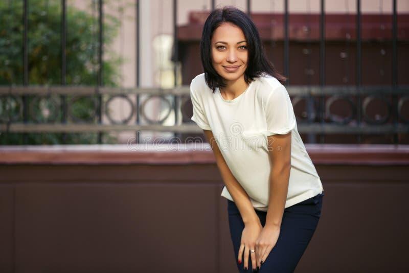 Szczęśliwi potomstwa fasonują kobiety w białej koszulce w miasto ulicie zdjęcia royalty free
