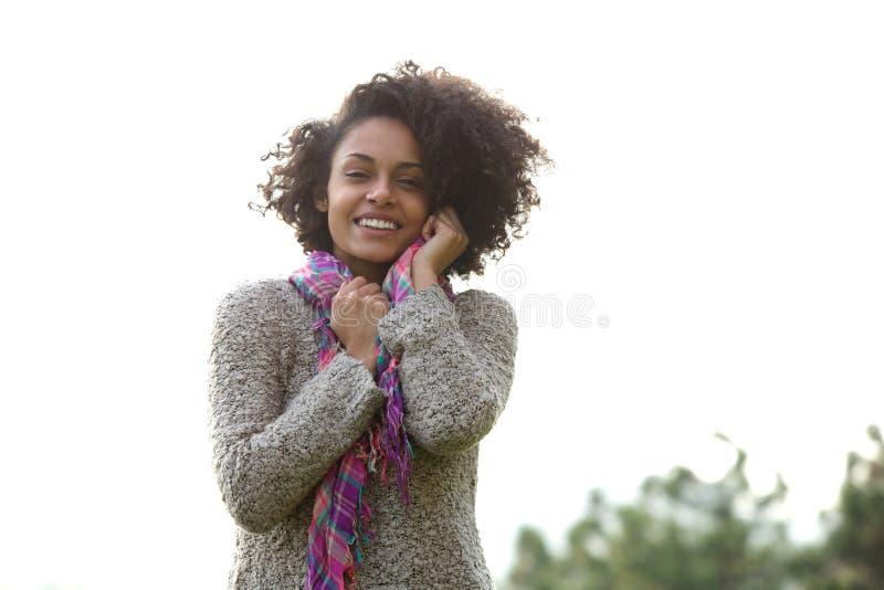 Szczęśliwi potomstwa mieszająca biegowa kobieta ono uśmiecha się outdoors zdjęcie stock