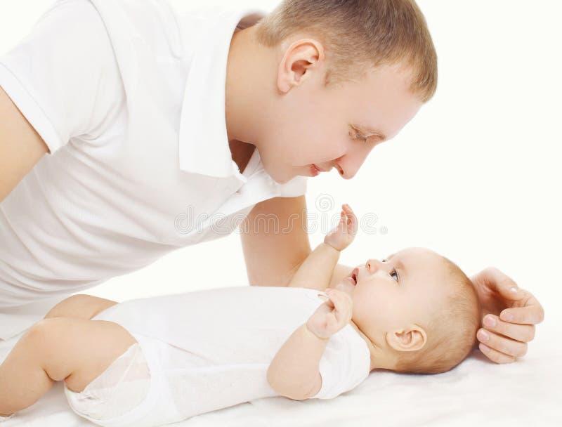 Download Szczęśliwi Potomstwa Ojcują Z Jego Dzieckiem Na łóżku Zdjęcie Stock - Obraz złożonej z szczęśliwy, wygoda: 53788512