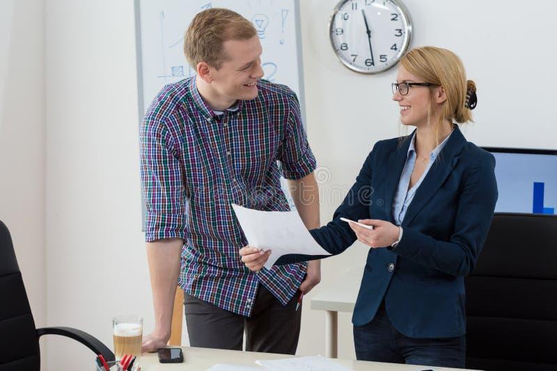 Szczęśliwi pracownicy w biurze zdjęcie royalty free