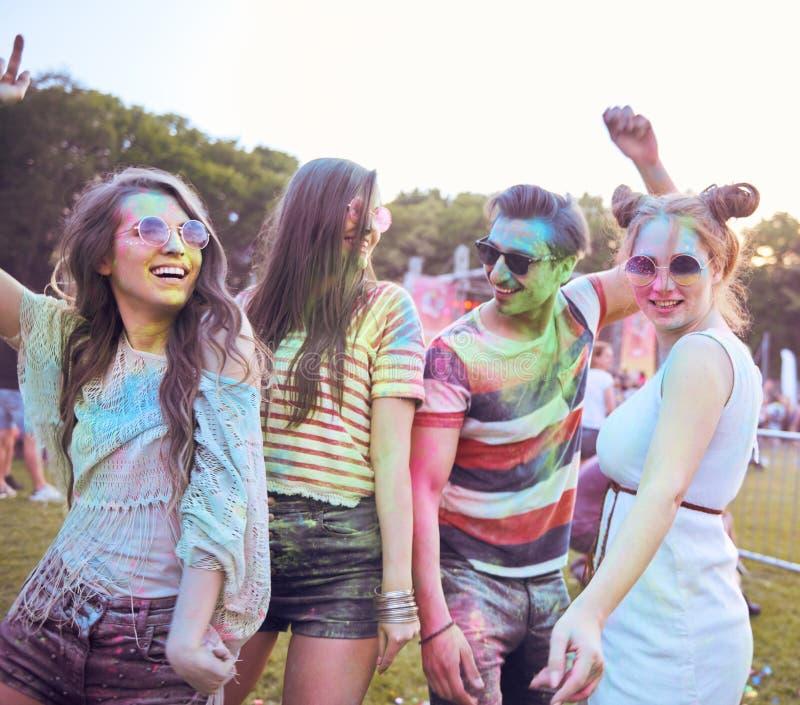 Szczęśliwi przyjaciele świętuje lato festiwal obrazy royalty free