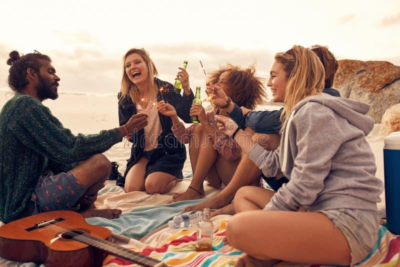 Szczęśliwi przyjaciele bawi się na plaży fotografia royalty free