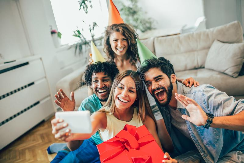 Szczęśliwi przyjaciele lub drużyna z partyjnymi akcesoriami bierze selfie fotografia royalty free