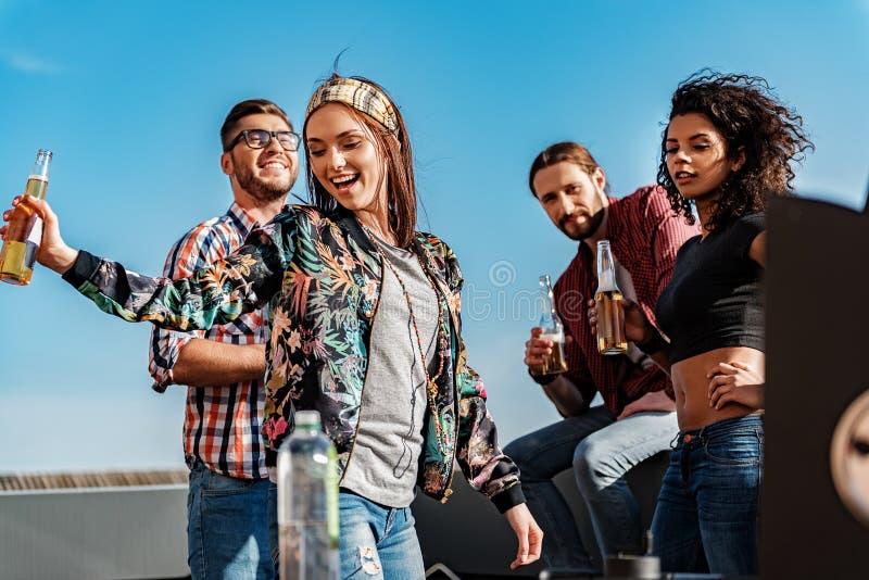 Szczęśliwi przyjaciele ma przyjęcia na budynku dachu fotografia royalty free