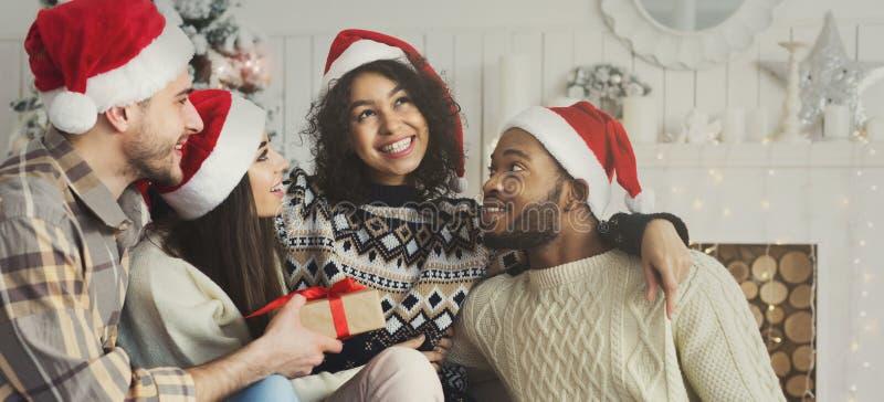 Szczęśliwi przyjaciele ma zabawę blisko nowego roku drzewa obrazy stock