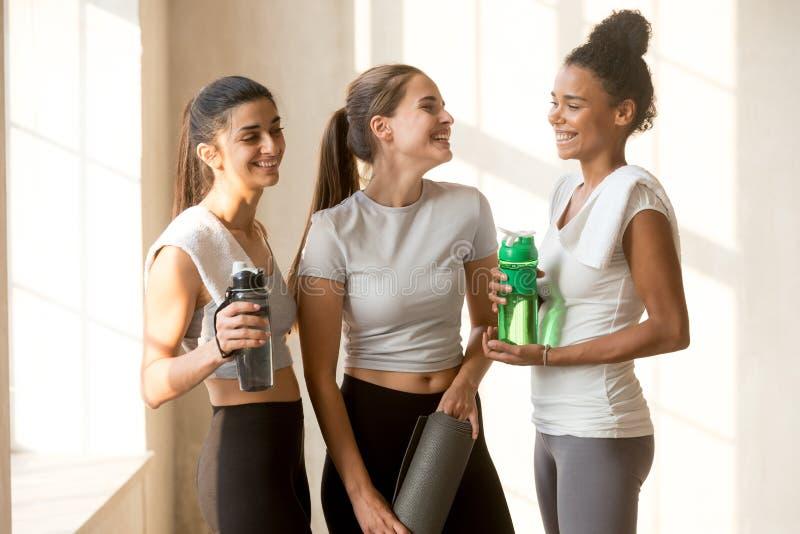 Szczęśliwi przyjaciele opowiada po joga sesji przy gym zdjęcie royalty free