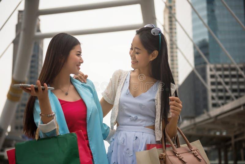 Szczęśliwi przyjaciele robi zakupy w dziękczynienie sprzedaży obrazy stock