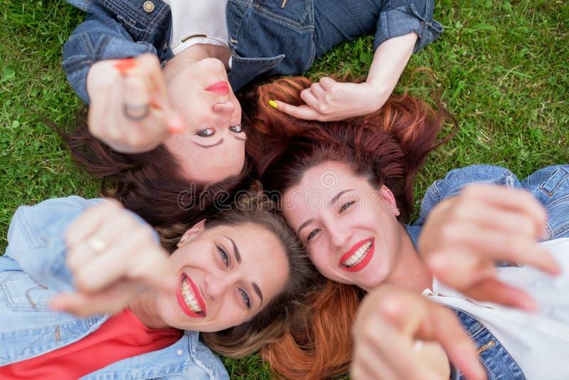 Szczęśliwi przyjaciele w parku na słonecznym dniu obrazy royalty free