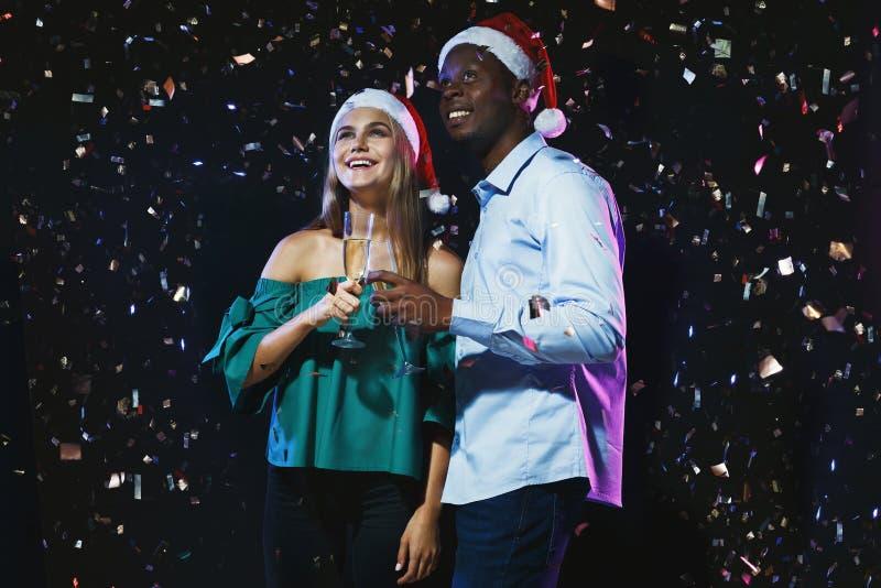 Szczęśliwi przyjaciele z szampańskimi fletami przy nowym rokiem bawją się obraz royalty free