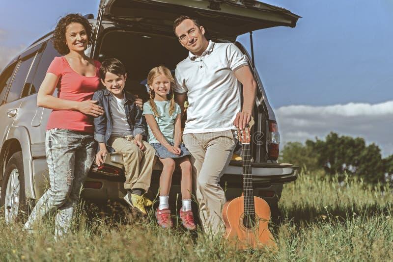 Szczęśliwi rodzice i dzieci odpoczywa w naturze obraz royalty free