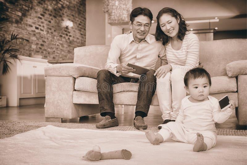 Szczęśliwi rodzice patrzeje ich dziecko córki zdjęcie stock