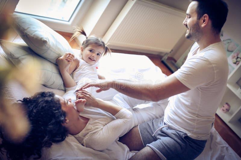Szczęśliwi rodzice sztukę z ich małą dziewczynką obraz stock
