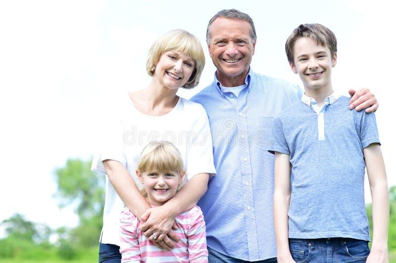 Szczęśliwi rodzice z ich dzieciakami, outdoors zdjęcie royalty free