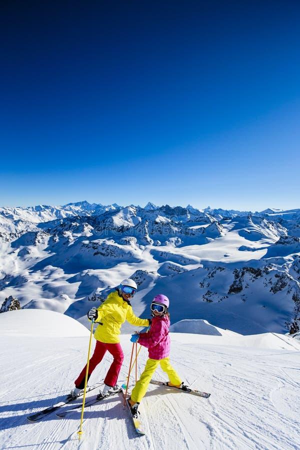 Szczęśliwi rodzinni cieszy się zima wakacje zdjęcia royalty free