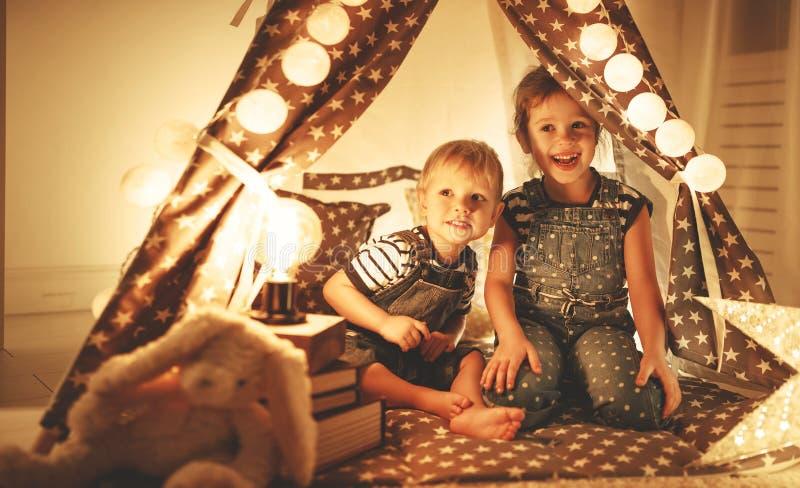 Szczęśliwi rodzinni dzieci bracia, siostry sztuka, śmiech i uściśnięcie, ja zdjęcia royalty free