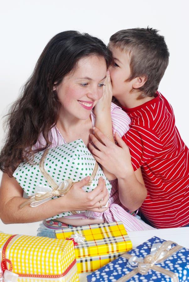 szczęśliwi rodzinni prezenty zdjęcia royalty free