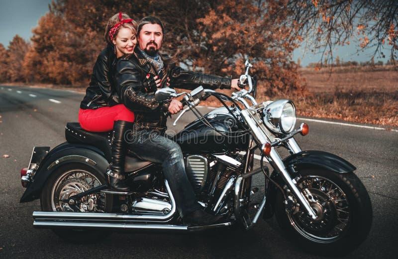 Szczęśliwi rowerzyści pozuje z motocyklem zdjęcia royalty free