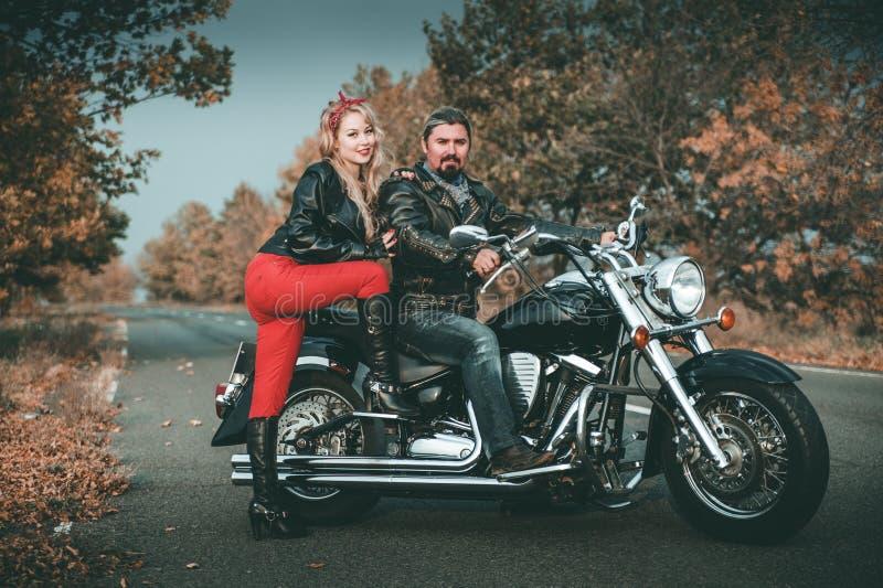 Szczęśliwi rowerzyści pozuje z motocyklem obraz royalty free