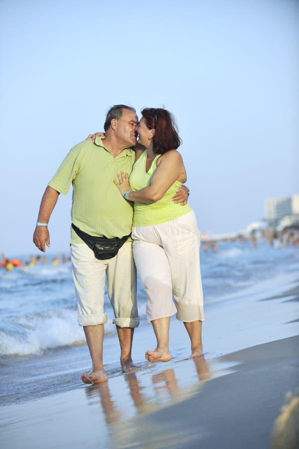 Szczęśliwi seniory dobierają się na plaży zdjęcie stock