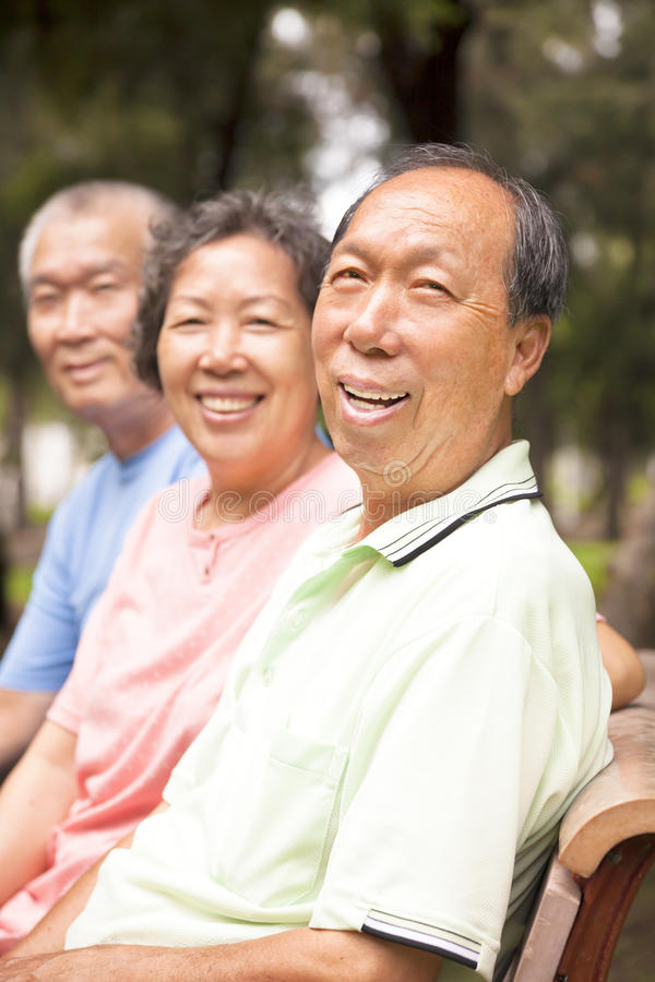 Szczęśliwi seniory w parku zdjęcia stock