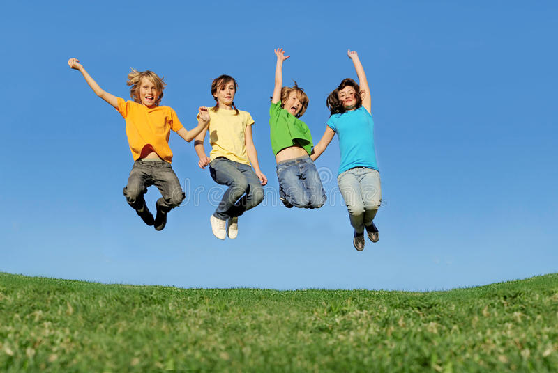 szczęśliwi skokowi nastolatkowie obraz royalty free