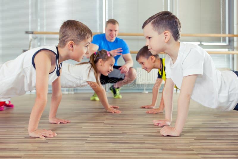 Szczęśliwi sporty dzieci w gym zdjęcie royalty free