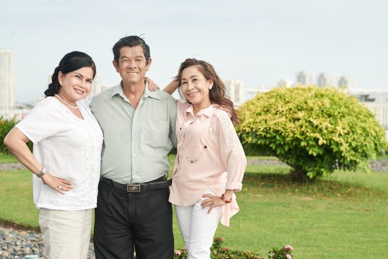 Szczęśliwi starsi przyjaciele zdjęcia royalty free
