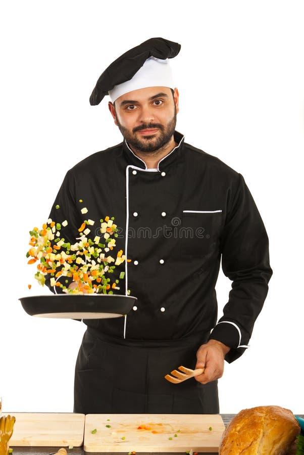 Szczęśliwi szefa kuchni podrzucania warzywa zdjęcia royalty free