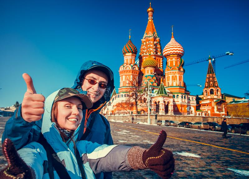 Szczęśliwi turyści na placu czerwonym, Moskwa, Rosja zdjęcia stock