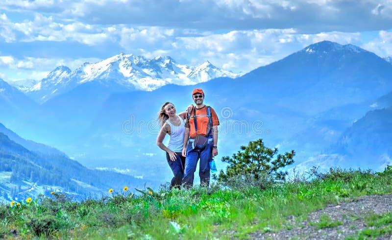 Szczęśliwi uśmiechnięci ludzie w gór wycieczkować obrazy stock