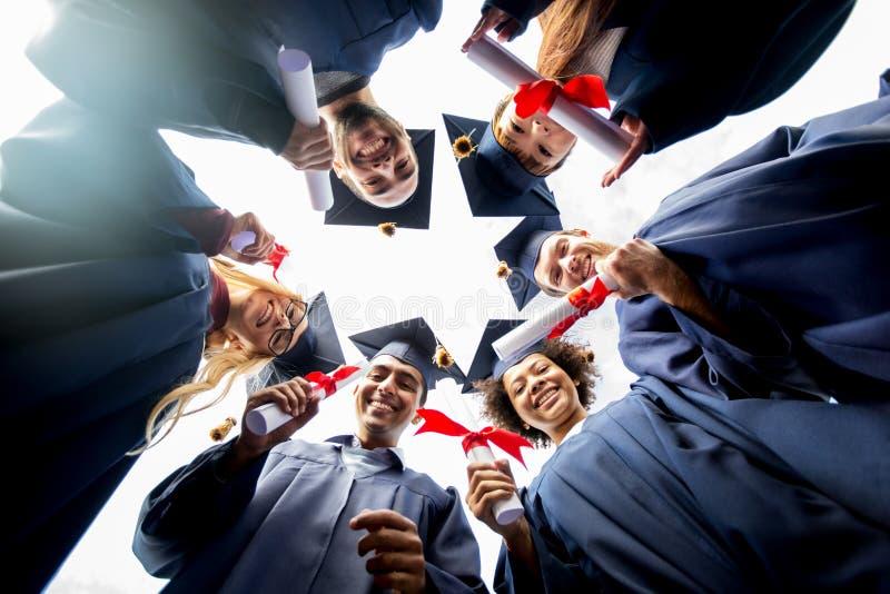 Szczęśliwi ucznie lub kawalery z dyplomami fotografia royalty free