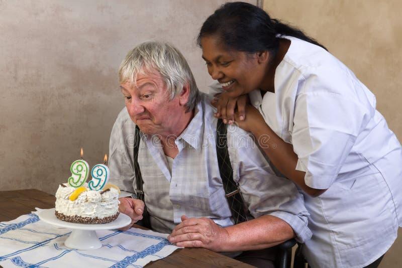 Szczęśliwi 99 urodzinowy tort zdjęcia royalty free