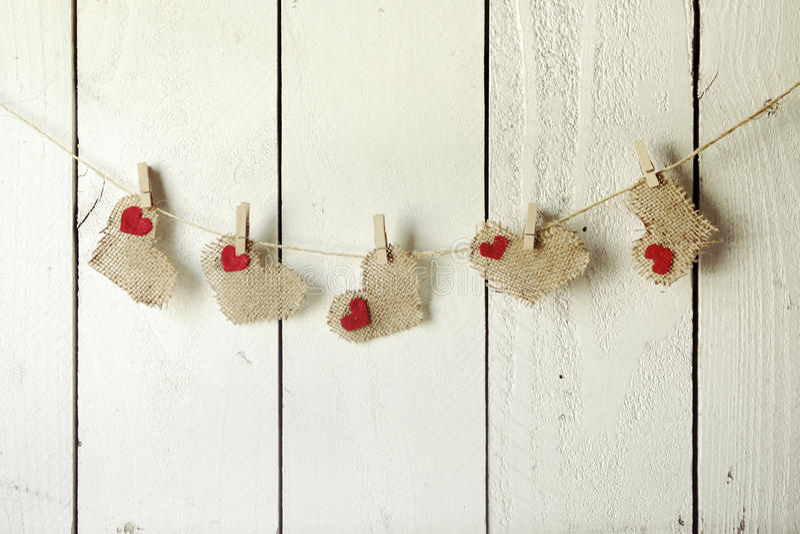 Szczęśliwi walentynki Burlap serca Wiesza na drewno ścianie obraz stock
