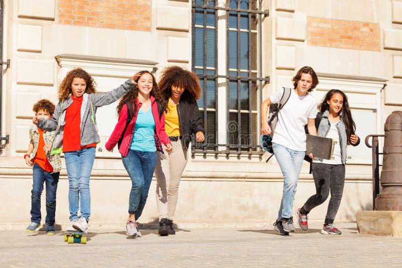 Szczęśliwi wieki dojrzewania ma zabawę przy szkoła wyższa kampusem zdjęcia royalty free