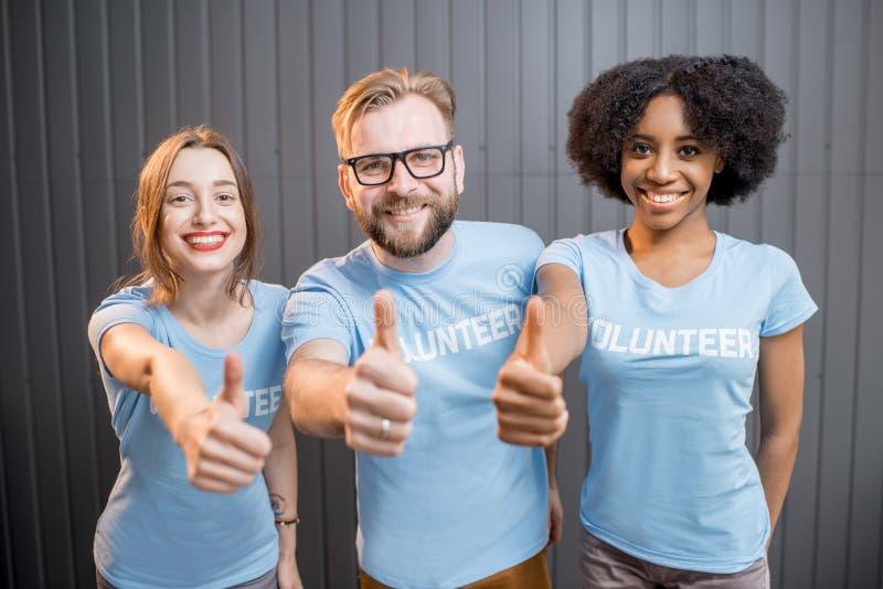 Szczęśliwi wolontariuszi indoors fotografia royalty free