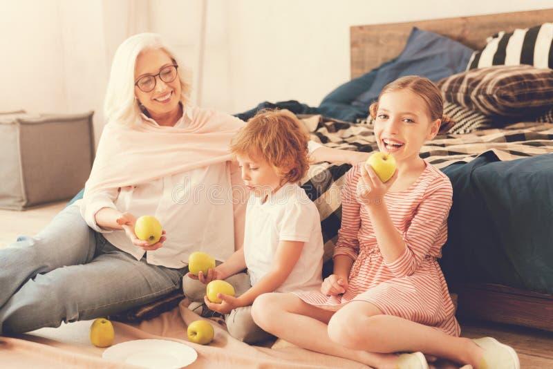 Szczęśliwi zadowoleni dzieci je jabłka fotografia royalty free