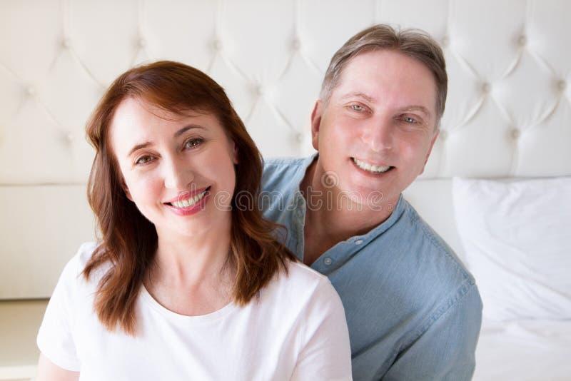 Szczęśliwi zbliżenie twarzy ludzie Uśmiechnięta wiek średni para w domu Rodzinny zabawa czasu weekend i silny miłości związek Zdr fotografia stock