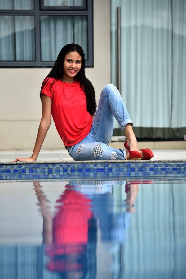 Szcz??liwy ?adny Azjatycki Nastoletni dziewczyny obsiadanie basenem zdjęcie royalty free