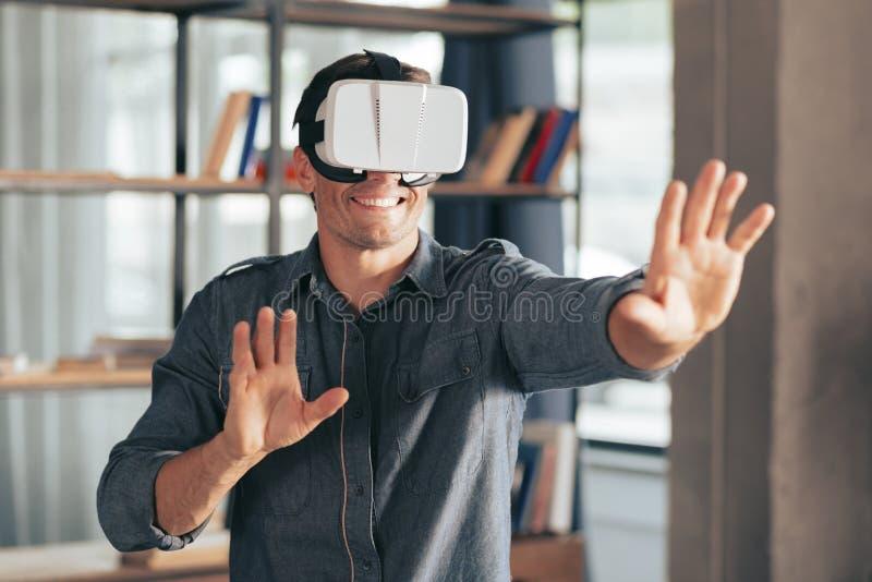 Szczęśliwy ładny mężczyzna używa 3d szkła obraz royalty free